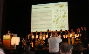 100%再生可能エネルギースターター地域として表彰を受ける自治体関係者の皆さん