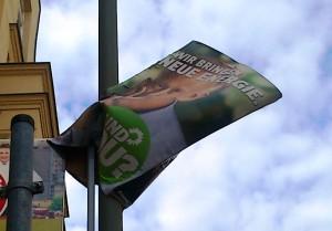 環境にやさしい紙を使用した緑の党のユルゲン・トリッティン氏の選挙ポスター。雨によってこのような結果に。