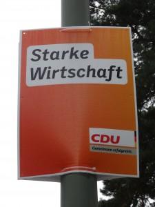 雨にも風にも負けない丈夫なCDUの選挙ポスター。「強い経済」と書いてある。