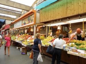 色とりどりの野菜が並ぶイタリアの市場
