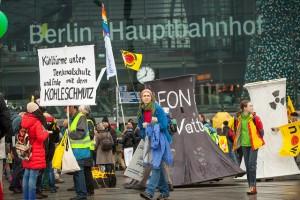 ベルリン中央駅はデモの出発点