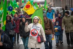 ベルリンの目抜き通りを歩くデモ参加者