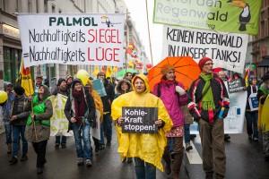 「石炭・クラフト首相ストップ」を掲げてデモ行進©compact