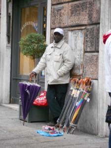 ジェノヴァの街角で見かけたアフリカ系男性。小雨が降るとすぐさま傘を売り始めた。