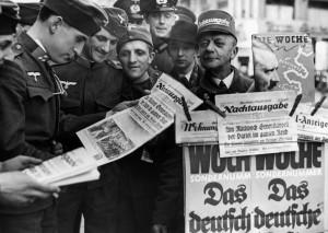 新聞に見入る兵士たち 1938年 Süddeutsche Zeitung Photo/Scherl