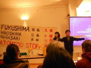 相方のケンさん(右)を原子炉に見立て、福島原発事故の状況について解説するマコさん