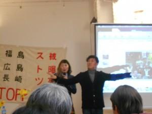 ベルリンで行われたマコさんの講演会の様子。相方のケンさんを原子炉に見立てて説明をしている。