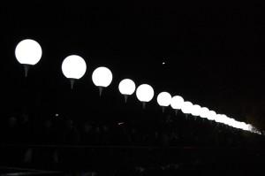 夜空に浮かび上がる「光の境界線」