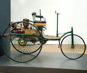 14_Benz.jpg Carl Friedrich Benz Benz-Patent-Motorwagen Nr. 2 (originalgetreuer Nachbau), 1885 Eisen, Messing, Kunststoff, Eiche, 148 x 146 x 248 cm © Reiss-Engelhorn-Museen Mannheim, Foto: Jean Christen
